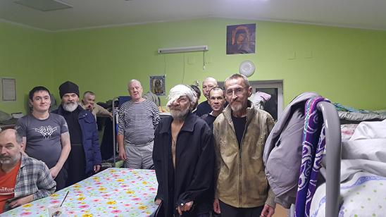 беседа с настоятелем в приюте для бездомных