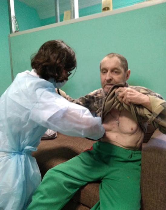 Волонтер от красного креста медсестра Дарья делает перевязку  Зинченко Сергею